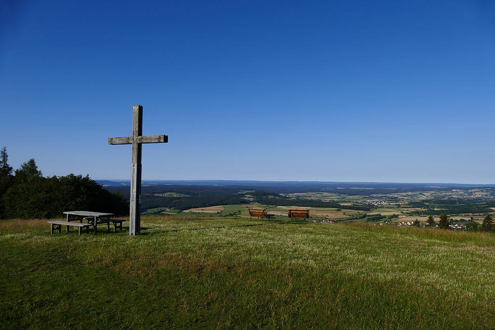 Gipfelkreuz © Daniela Knor und Torsten Bieder, Rother Wanderführer »Rhön«