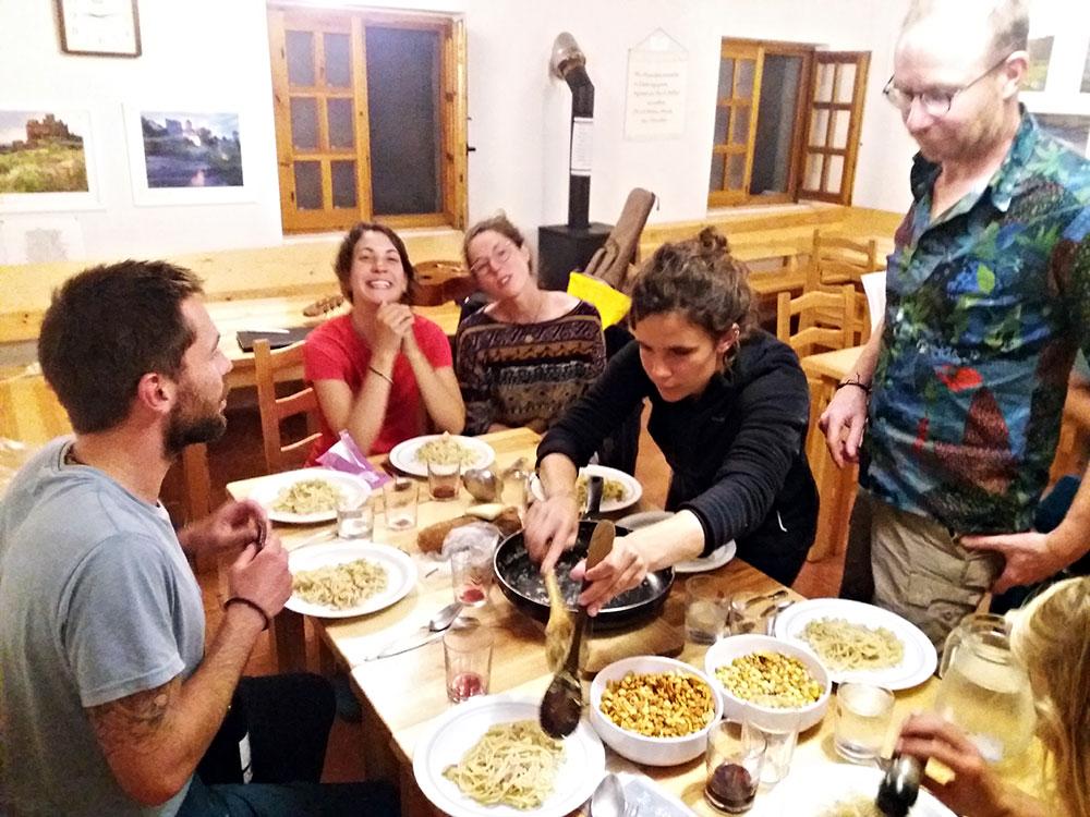 Gemeinsames Abendessen in der Pilgerherberge ©Foto: Cordula Rabe