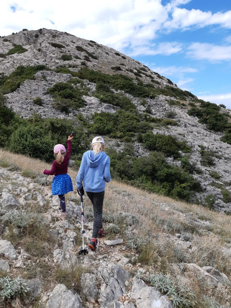 Gut markierte Wanderwege durch stille Felslandschaften©Foto: Regina Hösl
